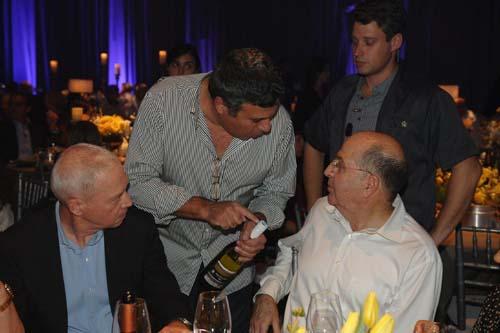 יואב מציג לשר הביטחון את יין הלאום נגב גולן בערב ההצדעה לארגון נכי צהל